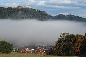 Туман, отделяющий замок в облаках от мира снизу