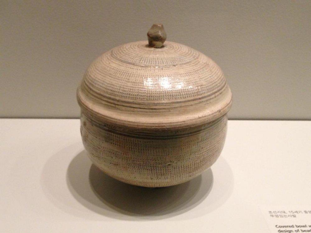 Простая чаша с тисненым мозаичным узором в крапинку выглядит одновременно этнической и современной. Музей азиатской керамики в Осаке.