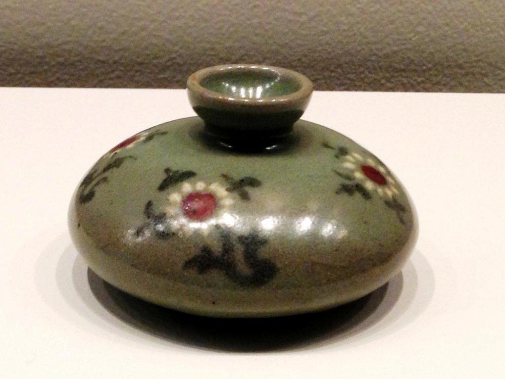 Бутылка для масла с узором хризантем в Музее азиатской керамики в Осаке