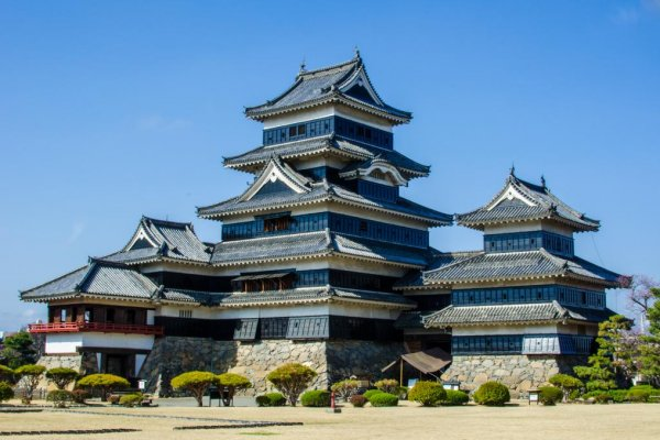 A full view of Matsumoto Castle from the castle grounds