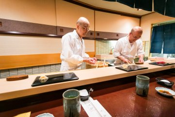 Дзиро и его сын Ёсикадзу готовят суши