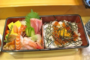 Chirashi sushi set for advanced sushi lovers: rice bowl with various topics like salmon roe, sea urchin and sashimi