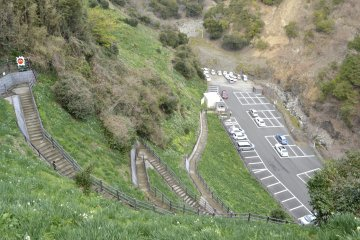 从停车场上山的小路比较陡。