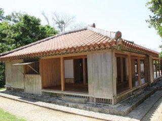 Только один из двух охранных домиков был восстановлен