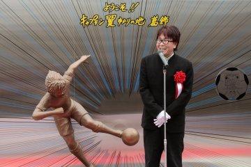 Ceremonia: el autor, el sr. Takahashi con la estatua