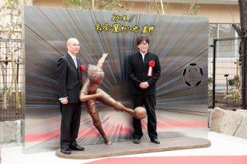 Ceremonia: la nueva estatua de Captain Tsubasa Statue fuera de la preparatoria Minami Katsushika