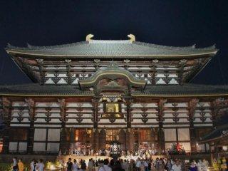 夜の東大寺、「なら燈花会」が行われている