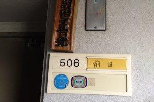 Os apartamentos japoneses costumam ter o nome da família na porta, para além da numeração. Se a casa que alugou tem um nome este deverá estar escrito na porta.