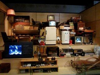 박물관의 다른 부분에는 카메라부터 만화에 이르는 기간별 전시회가 있다