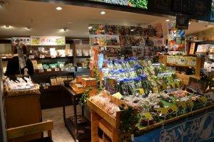 レストラン隣には近江野菜だけでなく滋賀の特産品があれこれ買えるショップも併設