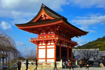 Temple entrance of Kiyomizu-dera