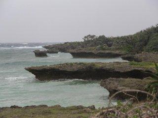 ไกลออกไปจากประภาคาร หน้าผาปะการังได้อ่อนตัวลง แล้วกลายไปเป็นชายหาดที่ทอดยาวตามแนวชายฝั่งทางตอนใต้ของแหลม