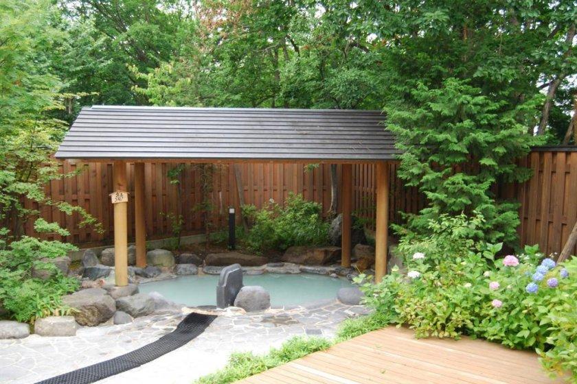 Vista de alguns banhos exteriores do onsen de Shinzaemon-no-yu