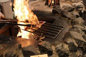 Nướng cá ngừ bằng rơm