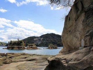 หินนิวะโตะริ โคะจิมะ กล่าวกันว่าดูเหมือนกับไก่