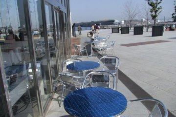 신선한 바닷바람의 야외에서 많은 좌석들이 있다