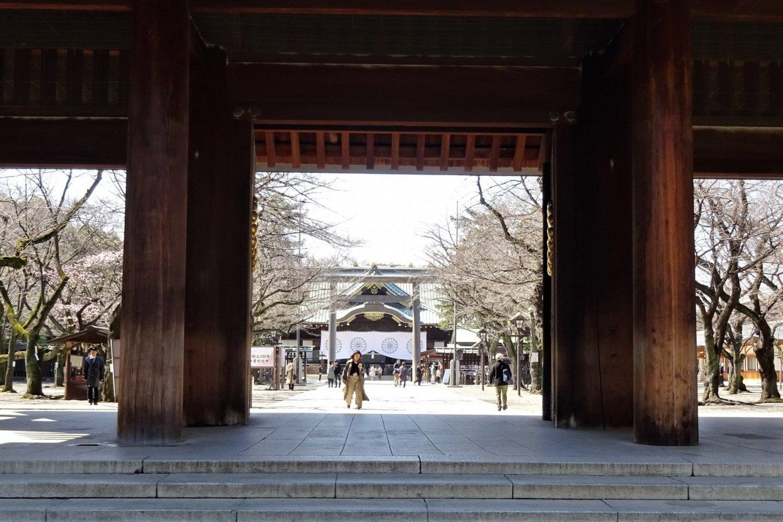 ประตูหลักของศาลเจ้าซึ่งเป็นประตูไม้ขนาดใหญ่ที่ดูขลึมขลัง