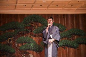 Хозяин заведения Хидэмото Кимура выступает с речью