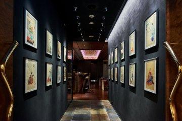 На входе висят картины, ведущие к главному залу