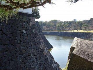 กำแพงปราสาทเอโดะและคูเมือง