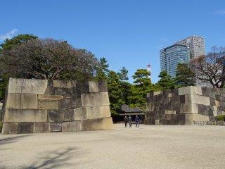 ป้อมยามโบราณ เฮียะคุนอิน บันโชะ มองผ่านซากกำแพงปราสาทเอโดะ