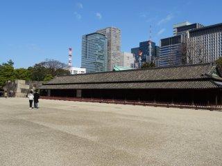 อดีตป้อมยามที่มียามหรือซามูไร 100 คน ในสมัยเอโดะ อาคารดั้งเดิมสร้างขึ้นในปี 1620 แต่ถูกทำลายในเหตุการณ์แผ่นดินไหวและไฟไหม้หปายครั้งหลายครา และทุกครั้งก็มีการสร้างขึ้นใหม่ในรูปแบบดั้งเดิน