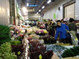 ตลาดคึกคักแต่เช้าตรู่ บางร้านขายดีและเริ่มเก็บของทำความสะอาดกันแล้ว