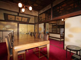 Внутри смесь японского и западного стиля, хотя японский преобладает
