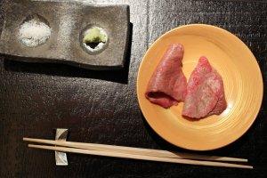 Potongan daging sapi wagyu habaki disajikan dengan garam batu dan wasabi