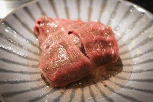 Potongan besar loin dengan gaya yaki-shabu bersama potongan lobak