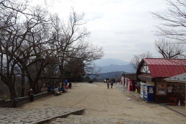 จุดสูงสุดของภูเขาทะคะโอะ ซึ่งมีความสูง 599 เมตรเหนือระดับน้ำทะเล มีวิวเทือกเขาสลับซับซ้อนไปไกลสุดสายตา