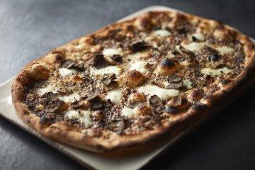 Tartufo (¥3600) – black truffles, mushroom paste, and Buffalo mozzarella)