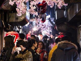 Омоидэ Йокотё в Синдзюку популярен среди гурманов, а еще это место считается раем для фотографов, которых привлекает смесь людей, света и дыма