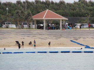 The swimming area is expanded or limited depending on wave conditions