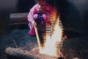 Фото на стенде показывает избранную девочку за работой; надеюсь мне удасться когда-нибудь побывать на этом мероприятии