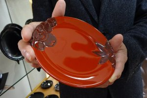Lacquerware plate with carved edge
