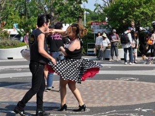 Для мягкого старта две пары выходят на танцпол