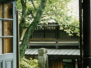 ผ่อนคลายกับชาเขียวที่ร้านน้ำชาระหว่างหมู่บ้านซึตมะโกะและหมูบ้านมะโกะเมะ