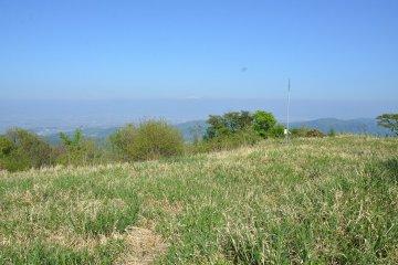 Вид, открывающийся с вершины Такасу. Вдали виднеются заснеженные пики гор