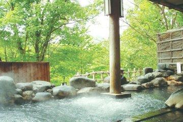 ห้องอาบน้ำพุร้อนของโชะเกะสุ แกรนด์ โฮเตล มีทั้งภายในและกลางแจ้ง