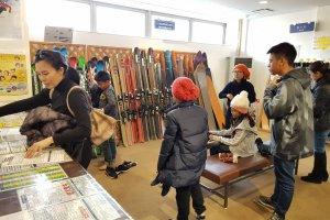 ที่โรงเรียนสอนเล่นสกีมีบริการให้เช่าสกีและชุดสกี ไปตัวเปล่าก็เล่นสนุกได้