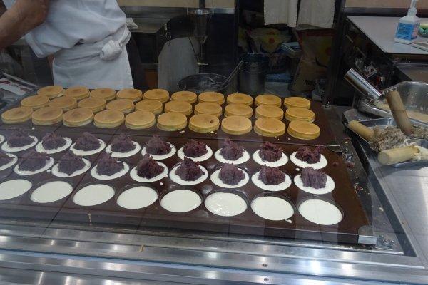 เชฟทำขนมที่มีประสบการณ์เยี่ยมยอดทำขนมมือระวิงยังกะหุ่นยนต์