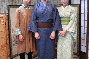 Cô Seiko (bên trái) đang chụp hình với hai vị khách vô cùng vui vẻ