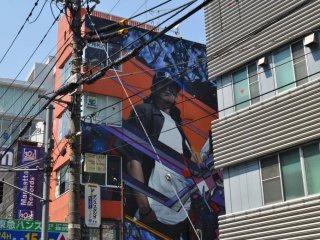 建物のそばにあるストリートアートは、ぜひ見ておきたい。