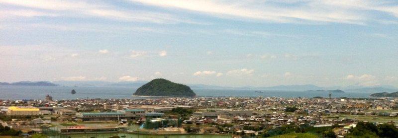 Остров Касима находится недалеко от северного берега Мацуямы