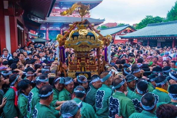Lifting the mikoshi at the Kanda