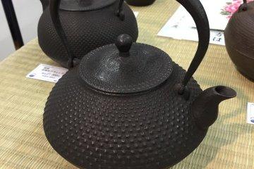 A studio quality kettle of the traditional 'sandama' (abacus bead) shape and 'arare' (hailstone) motif, Kozan Koubu Studio