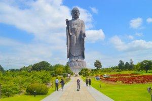 Path to Ushiku Daibutsu