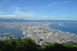 Pemandangan siang hari dilihat dari Gunung Hakodat