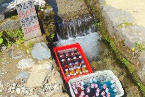 Ramune của người Nhật ướp lạnh dưới sông